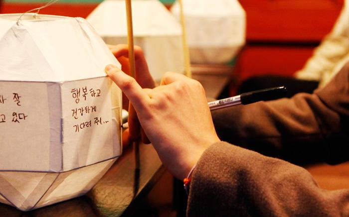 Viết điều ước lên đèn lồng tại cung điện Donggung