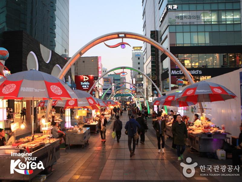 Quảng trường BIFF Plaza là khu vực tập trung rất nhiều rạp chiếu phim của Busan. Đây là nơi đã góp phần quảng bá mạnh mẽ ngành công nghiệp điện ảnh của Hàn Quốc với bạn bè quốc tế.