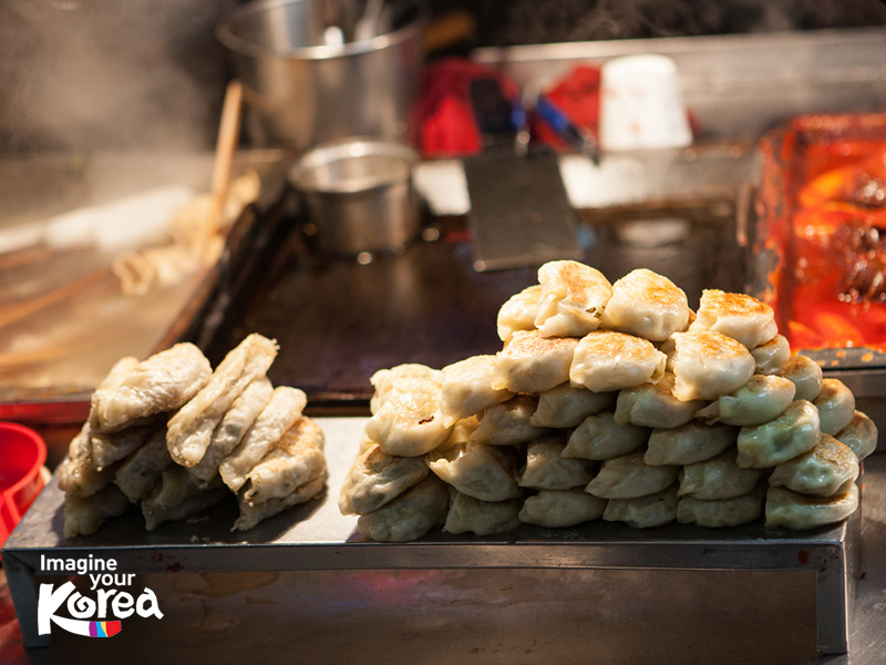 Xung quanh BIFF Plaza có rất nhiều quầy ăn lưu động để du khách có thể thoải mái thưởng thức các món ăn đường phố đặc trưng của ẩm thực Hàn Quốc