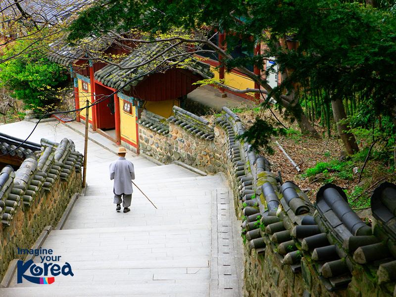 Ghé thăm Beomeosa du khách sẽ có cơ hội được trải nghiệm nhiều nét văn hoá Phật giáo của Hàn Quốc thông qua các hoạt động như: thiền định, tĩnh tâm và nghe giảng kinh Phật, mọi muộn phiền lo toan sẽ được loại bỏ hết ở phía sau.