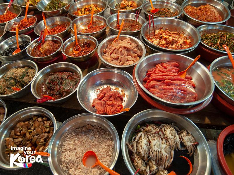 Ngày nay do thương mại hoá nên ngoài đồ hộp chợ Kkangtong còn bày bán rất nhiều các mặt hàng khác như thời trang, đồ trang trí và ẩm thực… Du khách có thể dễ dàng thưởng thức được nhiều món ăn đậm chất Busan như mì cay, bánh gạo cay, hải sản… ngay tại đây.