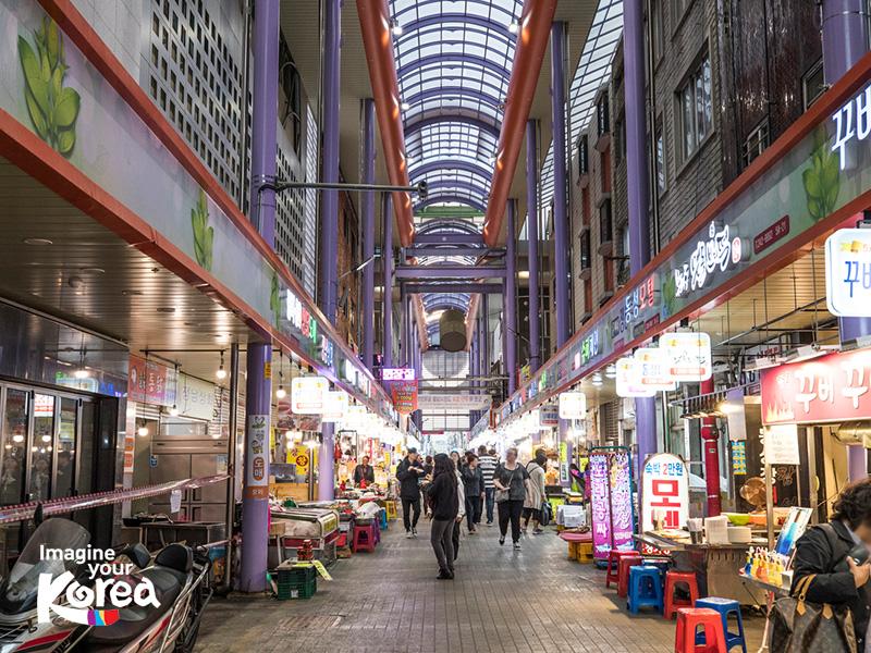 """Chợ Kkangtong trong tiếng Hàn có nghĩa là """"đồ hộp"""". Tên gọi này xuất phát từ sau chiến tranh Triều Tiên 1950, rất nhiều đồ hộp của căn cứ quân sự Mỹ được bày bán tại đây. Chính vì thế, mà cái tên Kkangtong đã được ra đời."""
