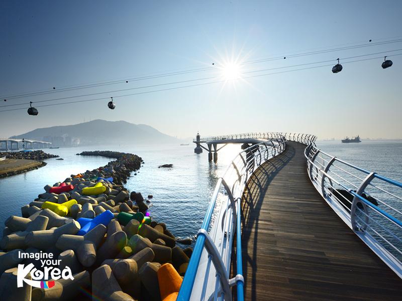 Từ trong cáp treo du khách có thể thưởng thức phong cảnh tuyệt đẹp của bãi biển Songdo – một trong những bãi biển nhân tạo được nhiều du khách yêu thích nhất tại Busan.
