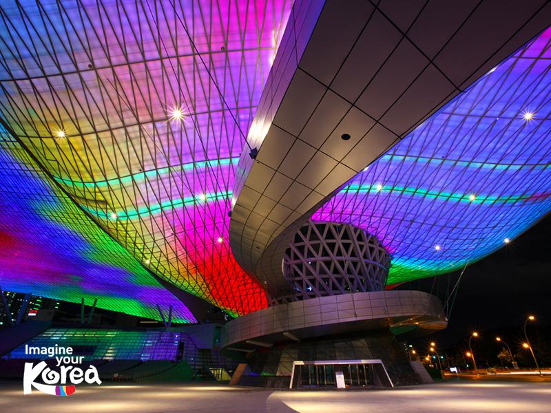 Đến với trung tâm điện ảnh Busan du khách cũng sẽ có cơ hội chiêm ngưỡng mái LED rộng gấp 2.5 lần sân bóng đá, phát sáng lấp lánh khi đêm về.