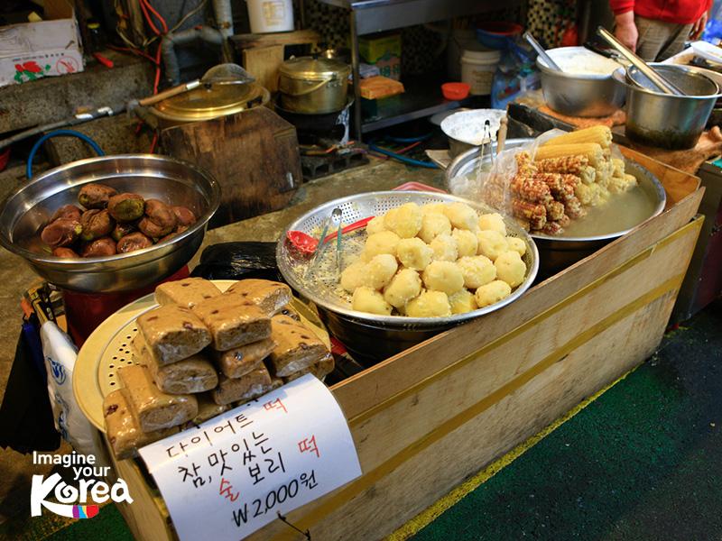 """Từ xưa đến nay, khu chợ Gukje đêu nổi tiếng là nơi có nhiều quán ăn ngon, nên nếu đến đây bạn hãy chuẩn bị sẵn tinh thần là sẽ phải móc """"hầu bao"""" bất cứ lúc nào nhé."""