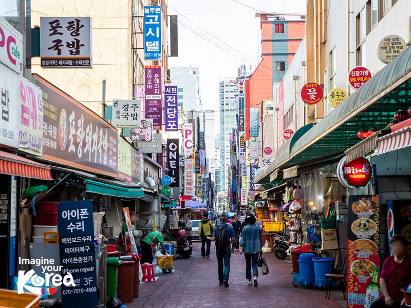 Seomyeon 1 Beonga là con đường nhộn nhịp nhất ở Busan. Nơi đây tập trung rất nhiều các nhà hàng, quán ăn và các tụ điểm vui chơi giải trí để du khách thoả sức khám phá và trải nghiệm.