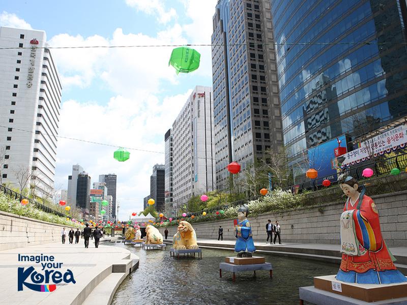 Suối Cheonggyecheon xanh mát, thơ mộng giữa lòng Seoul sầm uất
