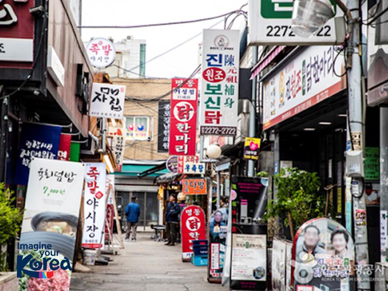 Dongdaemun Dak Hanmari là một con hẻm nhỏ nổi tiếng với các nhà hàng có món ăn làm từ gà