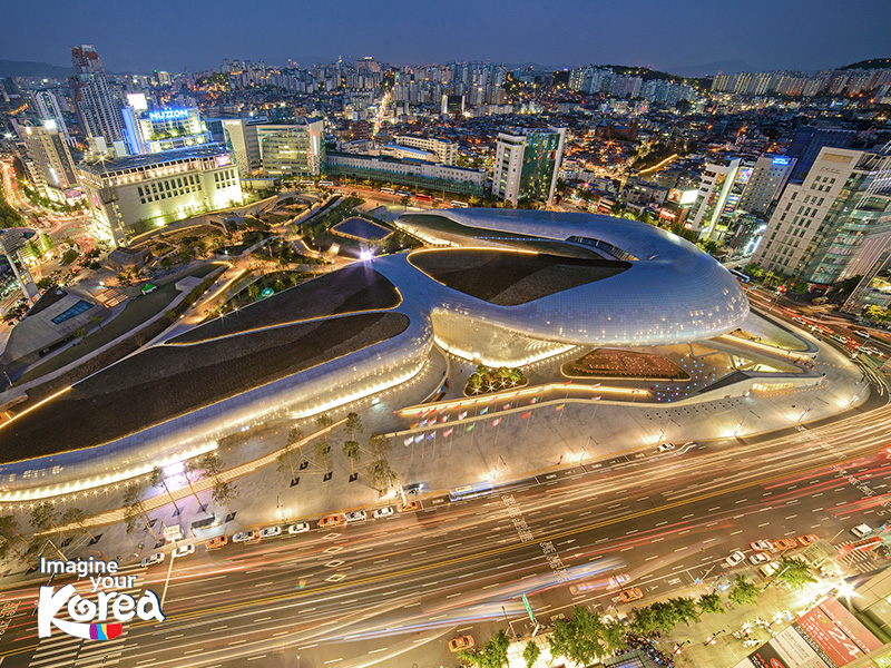 Dongdaemun Design Plaza có kiến trúc độc đáo từ những đường cong mềm mại