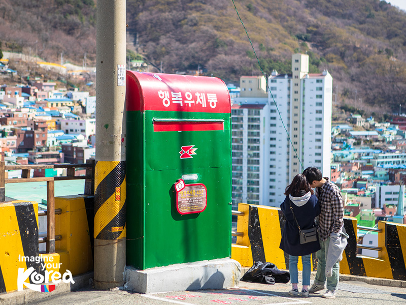"""Gamcheon cũng là một trong những nơi giúp bạn có nhiều bức ảnh đẹp """"xuất thần"""" nhất khi du lịch Busan. Vì vậy, khi đến đây đừng quên mang theo máy ảnh, điện thoại đã sạc đầy pin để check-in bạn nhé."""
