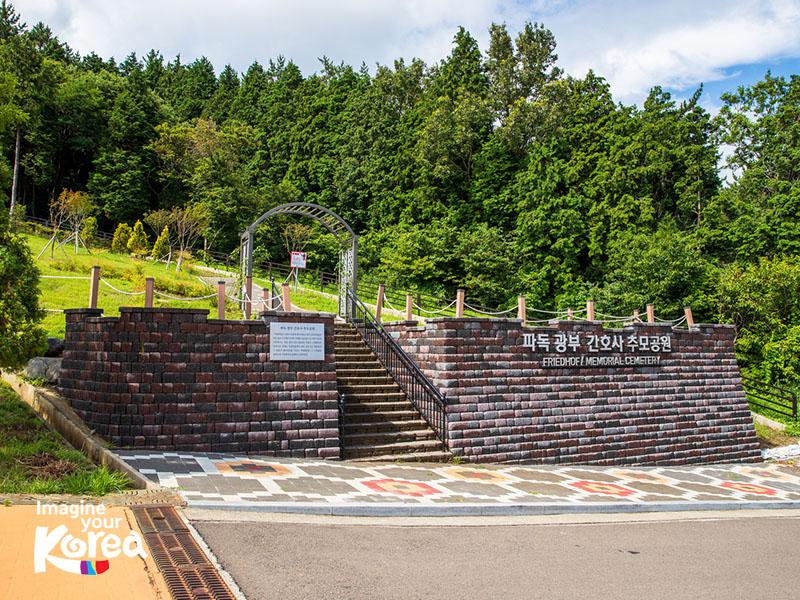 Nghĩa trang tưởng niệm Liên Hợp Quốc được xây dựng vào năm 1051. Đây là nơi tôn vinh những người lính từ Liên Hợp Quốc đã hi sinh trong chiến tranh Triều Tiên 1950-1953.