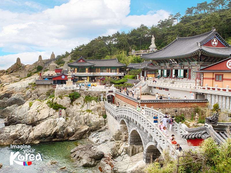 Là một trong những ngôi chùa cổ nhất Hàn Quốc, Haedong Yonggungsa gây ấn tượng mạnh với du khách bởi địa thế đẹp và kiến trúc độc đáo khi được xây dựng ngay sát bờ biển phía đông bắc thành phố Busan.