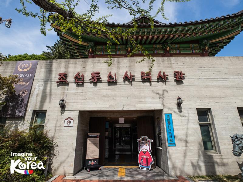 Sau chiến tranh Nhật Bản - Triều Tiên, một phái đoàn của Hàn Quốc đã được cử sang Nhật để phụ trách hoà giải và giao lưu văn hoá. Và để ghi lại những chuyến đi này, bảo tàng lịch sử Joseon Tongsinsa đã ra đời. Vì thế đây là nơi rất phù hợp với những ai muốn tìm hiểu và khám phá về lịch sử của xứ sở kim chi.