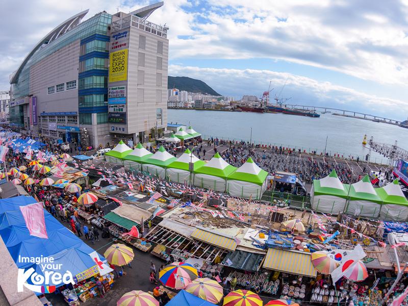 Jagalchi là chợ cá lớn nhất của Hàn Quốc và cũng là địa điểm thường xuất hiện trong rất nhiều bộ phim truyền hình nổi tiếng. Đến với chợ Jagalchi, du khách sẽ có cơ hội thưởng thức những món ăn hải sản tươi ngon mà giá cả phải chăng.