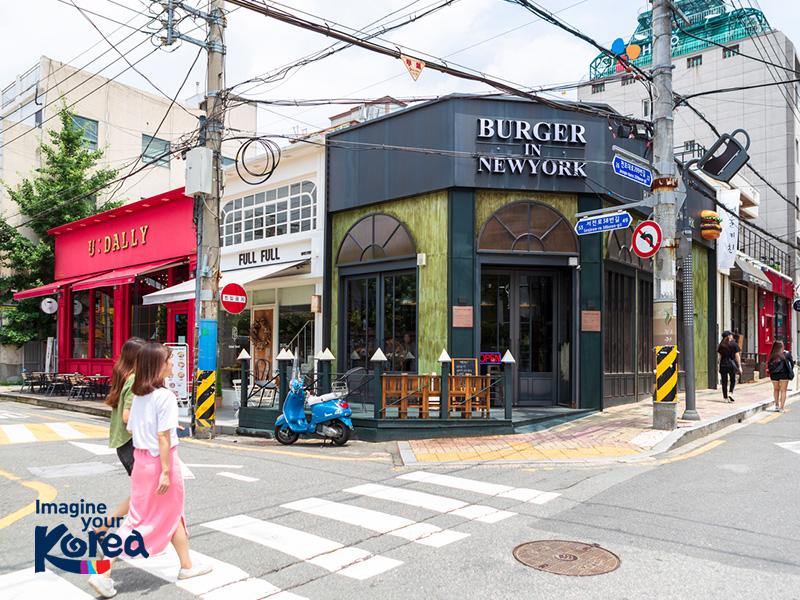 Trước kia phố cà phê Jeonpo là nơi chuyên bán thiết bị công nghiệp và sản xuất. Nhưng theo thời gian để bắt kịp xu thế, nhiều cửa hàng đã tu sửa thành những quán cà phê được trang trí và thiết kế rất đẹp mắt.