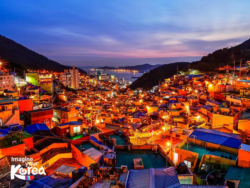 """Làng văn hoá Gamcheon là nơi nổi tiếng với những ngôi nhà nhỏ nhắn xinh xắn, với đủ mọi màu sắc khác nhau. Đây là điểm đến và điểm check in """"sống ảo"""" lý tưởng của rất đông các du khách quốc tế."""