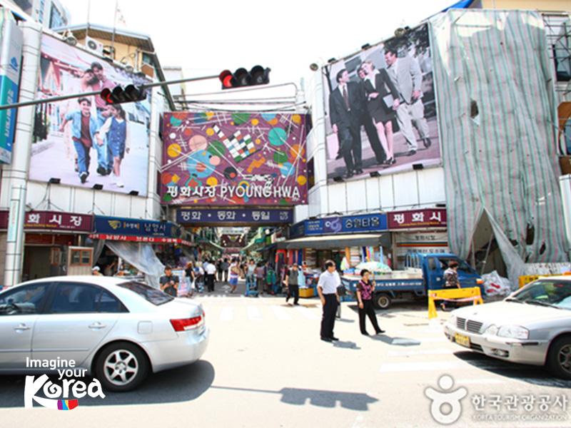 Thị trấn thời trang Pyounghwa chuyên bán quần áo và phụ kiện thời trang đã hơn 50 năm