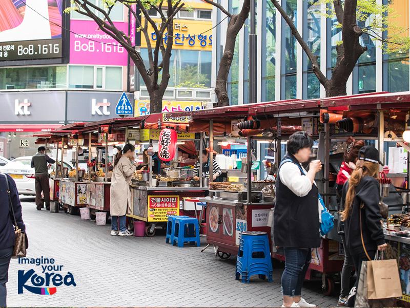 Seomyeon 1 Beonga cũng là nơi mà các du khách có thể thưởng thức được rất nhiều món ăn đường phố ngon khó cưỡng của Hàn Quốc như: Bánh gạo cay Tteokbokki, chả cá Odeng hay bánh rán Hotteok…