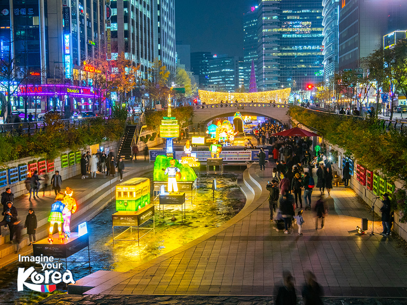 Suối Cheonggyecheon trở thành điểm dừng chân lý tưởng của người dân Seoul và cả du khách quốc tế