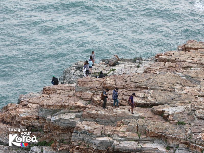 Mỏm đá sống ảo Suicede là nơi thu hút rất nhiều du khách khi thăm quan công viên Taejongdae. Tại đây, có một khu vực an toàn để du khách đi xuống, ngắm nhìn toàn bộ vách đá cheo leo và lưu lại những bức hình về sự kỳ vĩ của thiên nhiên.