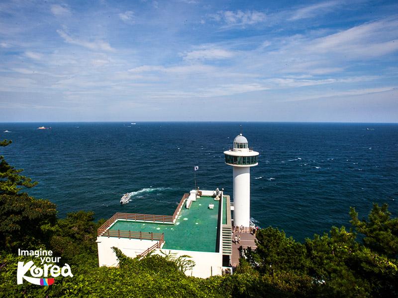 Vào những ngày thời tiết tốt, đứng tại ngọn hải đăng trong công viên, du khách còn có thể nhìn thấy được cả hòn đảo Daema của Nhật, cách bờ biển 56 km.