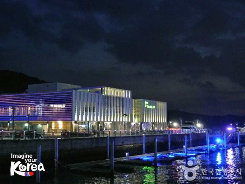 Vào buổi tối khi đến với The Bay 101, du khách sẽ có cơ hội thưởng thức cảm giác thư thái bên bờ vịnh gió thổi mát dịu, nhâm nhi tách cà phê và ngắm nhìn vẻ đẹp lung linh của thành phố biển Busan.