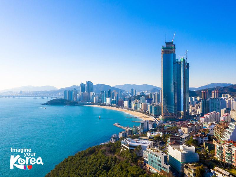 Là điểm đến đẹp và nổi tiếng nhất Busan, bãi biển Haeundae gây ấn tượng mạnh với du khách bởi đường bờ biển dài và làn nước trong vắt như ngọc