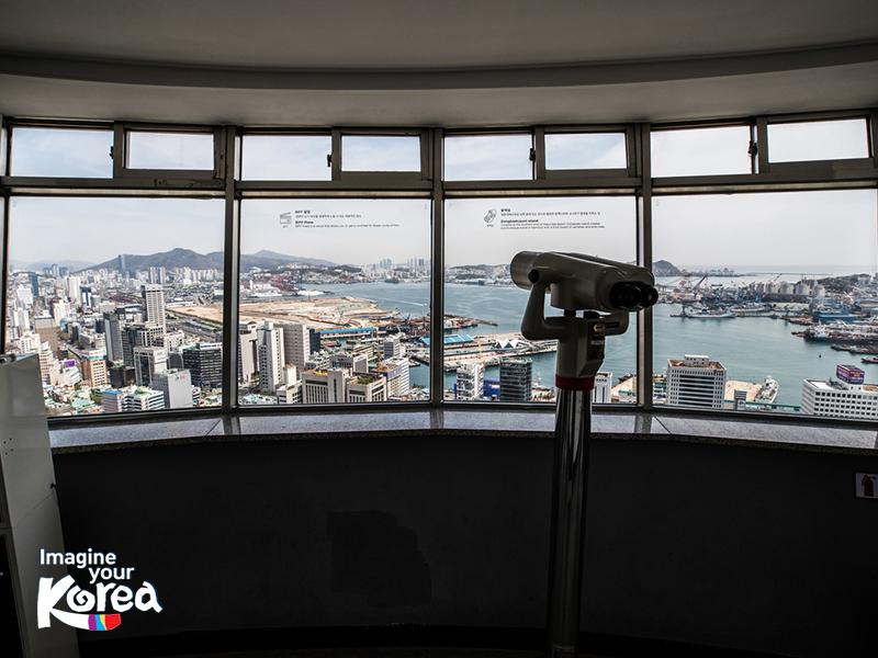 Bên trong đài quan sát ở Tháp Busan có một ống nhòm, giúp du khách có thể thu trọn vẻ đẹp của thành phố biển vào trong tầm mắt.