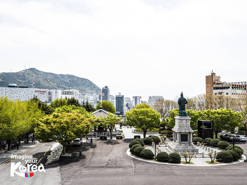 Yongdusan là một công viên điển hình tại Hàn Quốc với diện tích rộng lớn và sinh thái vô cùng đa dạng. Tại trung tâm của công viên là bức tượng Yi Sun-sin – một anh hùng hải quân lừng danh của Triều Tiên, rất được người dân cảm phục và tôn kính.