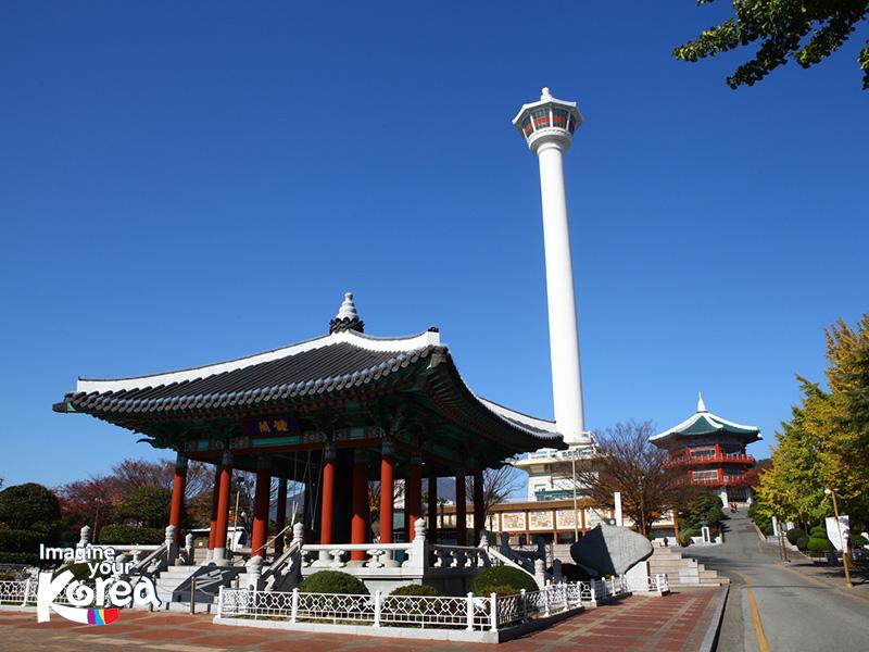 Đến với công viên du khách sẽ không thể bỏ qua Tháp Busan – tòa tháp cao thứ 2 tại Hàn Quốc. Đứng tại nơi đây, du khách sẽ có cơ hội ngắm nhìn toàn cảnh biển và thành phố Busan từ trên cao.