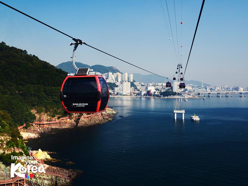 Busan Air Cruise là nơi có hệ thống cáp treo trên biển rất hiện đại tại Busan. Ngồi trong cáp treo với sàn trong suốt của Busan Air Cruise để ngắm cảnh biển dưới chân sẽ là một hành trình vô cùng ly kỳ và thú vị của mọi du khách.