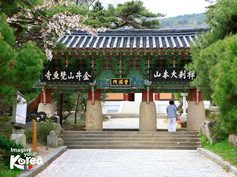 Chùa Beomeosa là điểm du lịch tâm linh rất được ưa thích của khách du lịch khi đặt chân đến Busan. Với khung cảnh thanh tịnh và yên bình, đến với chùa Beomeosa du khách sẽ có những giây phút bình yên đến lạ thường.