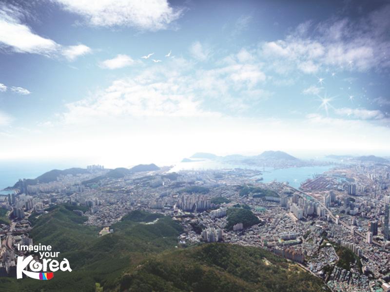Từ đài quan sát Hwangnyeongsan, tất cả những gì tuyệt đẹp của thành phố Busan sầm uất sẽ hiện ra trước mắt du khách, vừa tráng lệ vừa ngạo nghễ.