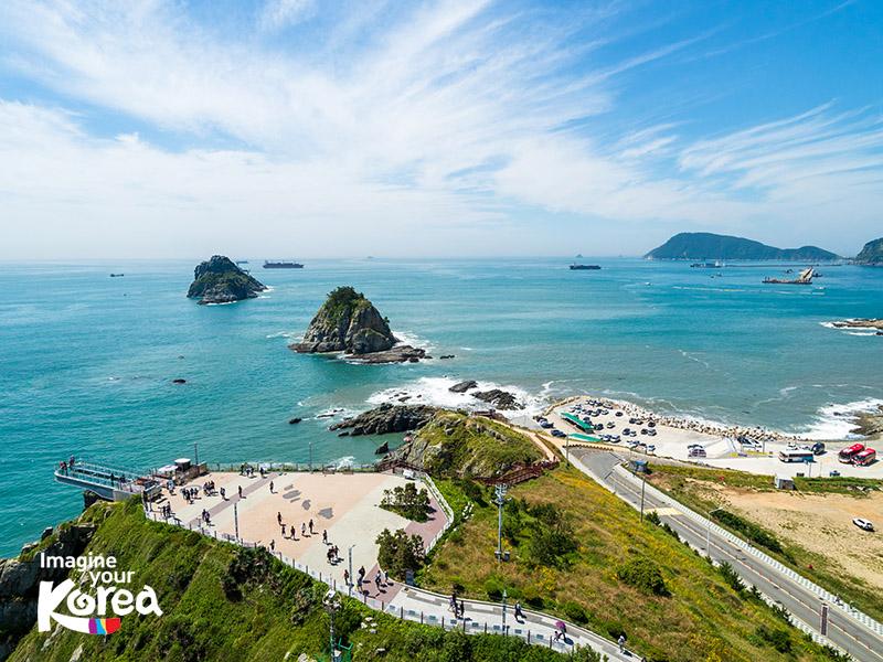 Đường mòn ven biển Igidae là tuyến đường ven biển thơ mộng dài khoảng 4km. Dạo bước dọc theo đường mòn này du khách sẽ được chiêm ngưỡng được vẻ đẹp của bãi biển Haeundae, cầu treo Gwangan và cả những tòa nhà chọc trời...