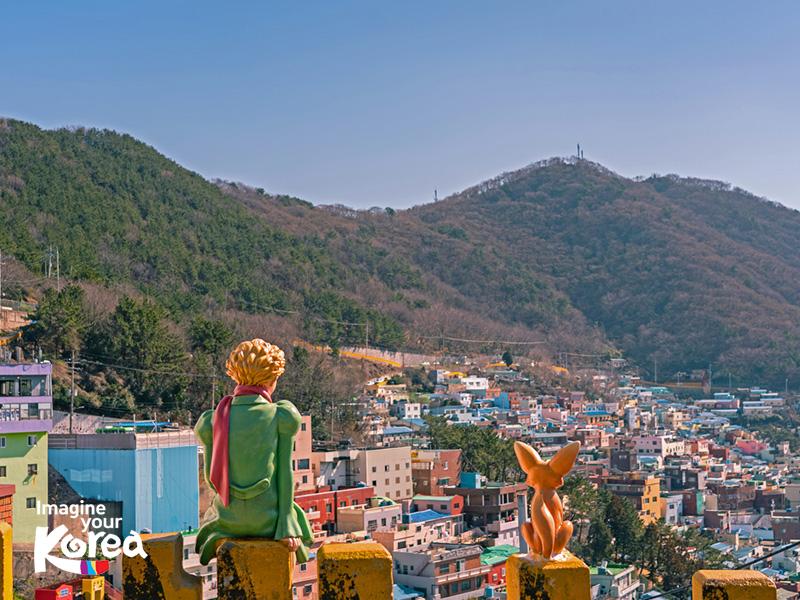 Nét đặc biệt ở Gamcheon chính là những tác phẩm điêu khắc trên tường được xuất hiện ở khắp mọi nơi. Mỗi một tác phẩm lại là một câu chuyện riêng khiến cho không ít du khách bị cuốn vào không gian văn hoá đầy màu sắc này.