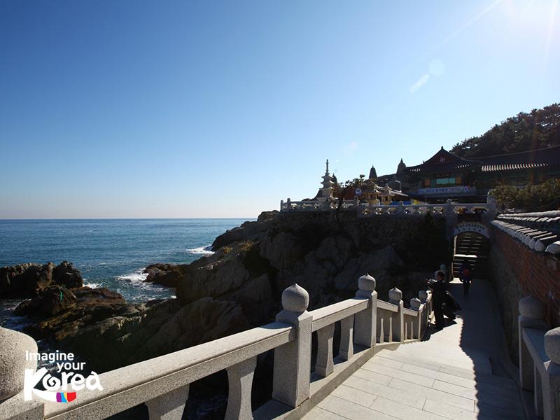 Dừng chân giữa đoạn bậc thang dẫn lên chùa du khách sẽ được tận hưởng những âm thanh êm dịu của sóng và có cơ hội chiêm ngưỡng khung cảnh huy hoàng của bình minh trên biển.
