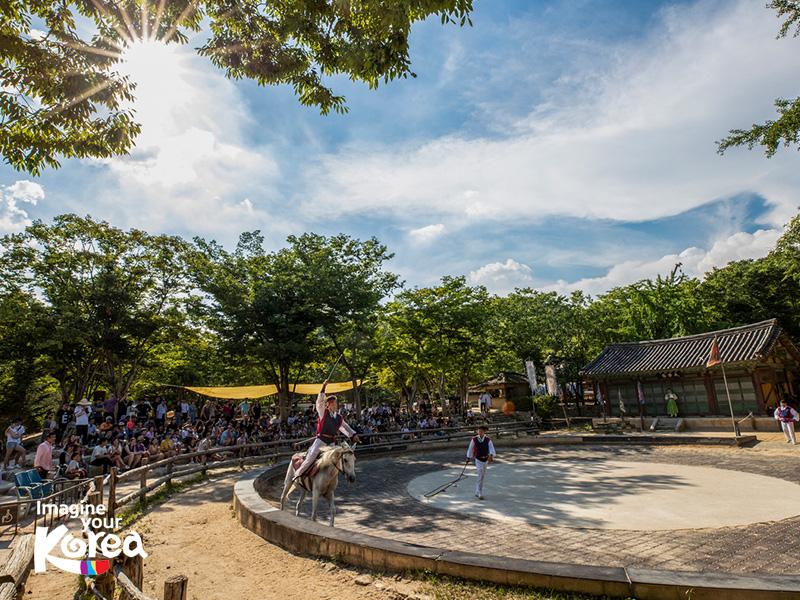 Đến với làng dân gian Hàn Quốc, du khách sẽ có cơ hội trải nghiệm nhiều chương trình văn hóa đặc sắc