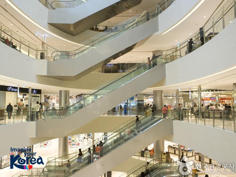 Khu trung tâm thương mại Shinsegae Centum City cao 14 tầng. Ngoài 9 tầng được dành làm khu mua sắm, nơi đây còn có một tổ hợp các tiện ích khác đi kèm như: spa thư giãn, công viên thiếu nhi, sân trượt băng... nên rất phù hợp với những du khách du lịch theo gia đình.